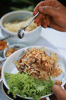 Thaïlande/Bangkok: Préparation de la salade de pomelos lors de la réception chez Mr Sun antiuaire Import/Export