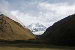 Humantay peak (19500 ft. (left).Salkantay (right) at the head of the valley, the second most sacred peak in Inca mythology and at 20 600 f, the highest in the region.Mont Humantay (5940 m) a gauche.Chemin inca remontant la vallée jusqu'au Salkantay (a droite) le scond sommet le plus sacré pour les Incas (6278 m).