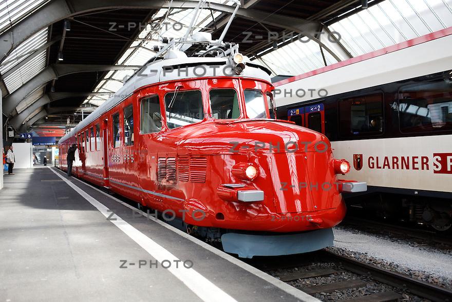 """Publikumspraesentation des Roten Doppelpfeils """"Churchill"""" am 19. April 2012 im Zuercher Hauptbahnhof <br /> Copyright © Zvonimir Pisonic"""
