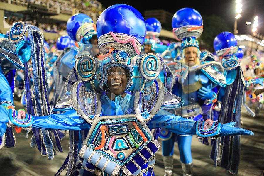 RIO DE JANEIRO, RJ 09.02.2016 - CARNAVAL-RJ - Integrantes da escola de samba Portela durante segundo dia de desfiles do grupo especial do Carnaval do Rio de Janeiro no Sambódromo Marquês de Sapucaí na região central da capital fluminense na madrugada desta segunda-feira, 09. (Foto: William Volcov/Brazil Photo Press)