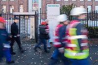 Mitarbeiter von Siemens in Berlin protestierten am Freitag den 17. November 2017 vor der Hauptverwaltung gegen die Schliessung des Dynamowerk und die Entlassung von mehreren tausend Mitarbeitern in ganz Deutschland. Laut Firmenleitung sind die betroffenen Betriebsteile nicht mehr wirtschaftlich.<br /> 17.11.2017, Berlin<br /> Copyright: Christian-Ditsch.de<br /> [Inhaltsveraendernde Manipulation des Fotos nur nach ausdruecklicher Genehmigung des Fotografen. Vereinbarungen ueber Abtretung von Persoenlichkeitsrechten/Model Release der abgebildeten Person/Personen liegen nicht vor. NO MODEL RELEASE! Nur fuer Redaktionelle Zwecke. Don't publish without copyright Christian-Ditsch.de, Veroeffentlichung nur mit Fotografennennung, sowie gegen Honorar, MwSt. und Beleg. Konto: I N G - D i B a, IBAN DE58500105175400192269, BIC INGDDEFFXXX, Kontakt: post@christian-ditsch.de<br /> Bei der Bearbeitung der Dateiinformationen darf die Urheberkennzeichnung in den EXIF- und  IPTC-Daten nicht entfernt werden, diese sind in digitalen Medien nach §95c UrhG rechtlich geschuetzt. Der Urhebervermerk wird gemaess §13 UrhG verlangt.]