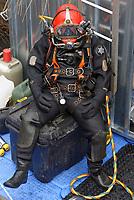 Berufstaucher nach Arbeitseinsatz: EUROPA, DEUTSCHLAND, HAMBURG, (EUROPE, GERMANY), 09.04.2013 Berufstaucher bei Arbeiten in Hamburger Gewaesser. Eine Kaimauer muss abgerissen werden. Vorher sind die alten Fundamente unter Wasser zu suchen und zu markieren und zu vermessen um sie zu kartieren. Der Taucher war laengere Zeit unter Wasserund muss sich erst mal ausruhen. Alleine der Helm hat ein Gewicht von 13 Kilogramm.