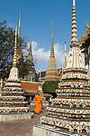 Thailand, Central Thailand, Bangkok: Wat Pho. Buddhist Monk walking through ceramic Chedis | Thailand, Zentralthailand, Bangkok: Wat Pho, buddhistischer Moench zwischen Chedis aus Keramik