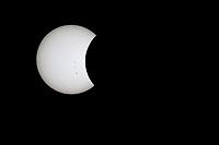 BOGOTÁ - COLOMBIA, 21-08-2017: El eclipse total de sol es visto parcialmente en Bogotá, Colombia, hoy, 21 de agosto de 2017, sobre  las 2:45 pm. El fenómeno se vio en toda su magnitud  de costa a costa en Estados Unidos desde Oregón pasando por Kentucky hasta Carolina del Sur. / The total solar eclipse was seen partially in Bogota, Colombia today, 8/21/2017, around 2:45pm. This phenomenon was seen in all its magnitude coast to coast in states like Oregon, Kentucky, and South Caroline in the United States.. Photo: VizzorImage/ Gabriel Aponte / Staff