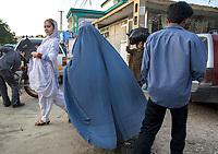 AFGHANISTAN, 06.2008, Kabul. Markt/Basar: Nur eine Frau aus einer fortschrittlichen und modernen Familie kann die Erlaubnis ihres Ehemanns oder Vaters erhalten, unverschleiert in der Oeffentlichkeit zu erscheinen. Fuer die meisten Afghanen ist dies immer noch undenkbar. | Market/Bazaar: Only a woman from a more progressive and modernised family can get the permission from her husband or father  to walk in public with her face not covered. For most Afghans this is still unthinkable.<br /> © Marzena Hmielewicz/EST&OST