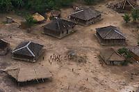 """Os Parakanã Orientais e Ocidentais somavam aproximadamente 900 indivíduos em 2004. Vivem em duas áreas indígenas diferentes, divisão que não corresponde a dos blocos oriental e ocidental. A primeira área, denominada Terra Indígena (TI) Parakanã, localiza-se na bacia do Tocantins, municípios de Repartimento, Jacundá e Itupiranga, no Pará. Com uma extensão de 351 mil hectares, encontra-se demarcada e com sua situação jurídica regularizada. Desde 1980, recebe a assistência do """"Programa Parakanã"""", fruto de um convênio entre a Fundação Nacional do Índio (Funai) e a Eletronorte. Sua população era de cerca de 600 pessoas (2004), distribuída em cinco aldeamentos diferentes, dos quais três pertencem aos Parakanã Orientais (Paranatinga, Paranowa'ona e Ita'yngo'a) e dois aos Ocidentais (Maroxewara e Inaxy'anga). Nessa TI, os Orientais são numericamente dominantes, representando cerca de dois terços da população.<br /> Foto Paulo Santos<br /> 2002"""