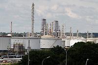 Paulinia (SP), 08/03/2021 - Replan/Combustivel - Movimentação de caminhões na Refinaria de Paulínia (REPLAN) e também nos Terminais  das Distribuidoras, na cidade de Paulinia, nesta segunda-feira (8). A Petrobras vai elevar mais uma vez os preços da gasolina e do diesel nas refinarias a partir de terça-feira (9), informou a companhia nesta segunda-feira, por meio da assessoria de imprensa. A nova alta vem em meio aos trâmites para a substituição do presidente da petroleira, após intervenção do presidente Jair Bolsonaro.