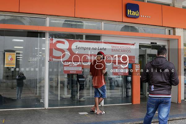 Campinas (SP), 22/09/2021 - O sindicato dos bancarios de Campinas (SP), fizeram uma paralisação atrasando a abertura da agencia do banco Itau, da Costa Aguiar, no centro da cidade, na manha desta quarta-feira (22).
