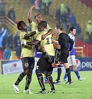 BOGOTA - COLOMBIA-19-04-2013: Jugadores  de Itagüi celebran la victoria ante Millonarios dos goles por uno ,  partido jugado en el estadio El Campín de la ciudad de Bogotá, abril 19 de 2013. partido por la  fecha doce  de la Liga Postobon I. (Foto: VizzorImage / Felipe Caicedo / Staff). Itagüi players celebrate the win against Millonarios two goals by one, match played at El Campin in Bogota, April 19, 2013. match the twelfth day of the Liga Postobon I.(Photo: VizzorImage / Felipe Caicedo / Staff.