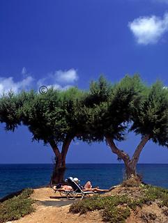 Griechenland, Kreta, Hersonissos: einsames Plaetzchen für zwei Sonnenanbeter | Greece, Crete, Hersonissos: lonesome spot for two sunbathers
