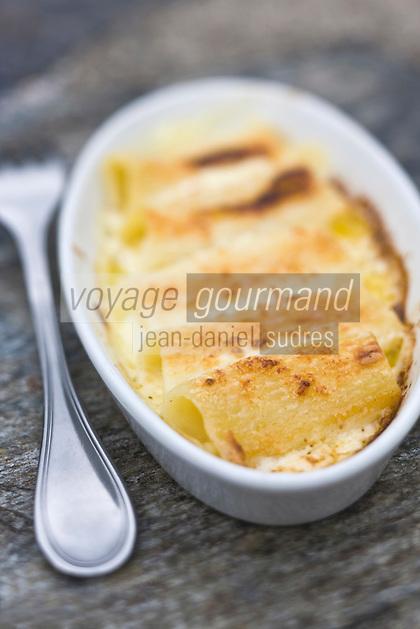 Europe/France/Auvergne/15/Cantal/ Calvinet:  Gratin de macaronis au cantal doux, recette de Louis-Bernard Puech , Hôtel-Restaurant Le Beauséjour