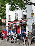 Great Britain, London: The Granadier pub with after work drinkers | Grossbritannien, England, London: auf ein Bier nach getaner Arbeit - The Granadier pub