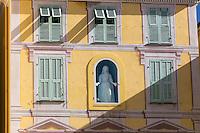 Europe/France/Provence-Alpes-Côte d'Azur/Alpes-Maritimes/Menton: Vieille ville-Détail facade maison Place du Cap //  Europe/France/Provence-Alpes-Côte d'Azur/Alpes-Maritimes/Menton:  Old Town, Retail frontage house