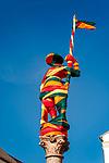 Deutschland, Bayern, Chiemgau, Traunstein: Figur des Lindlbrunnen am Stadtplatz - 'verpackt' in bunten Tuechern | Germany, Bavaria, Chiemgau, Traunstein: fountain 'Lindlbrunnen' with statue wrapped in colourful drapery