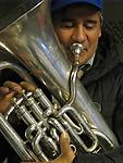 La tuba y el tubista / Santiago de Chile.<br /> <br /> Víctor Santamaría.