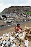 Sri Lanka Colombo, garbage mountain at Bloemendhal Road, rag picker / Muellberg bei der Bloemendhal Road, Muellsammler