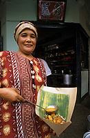 """Asie/Singapour/Singapour: Restaurant Kandahar rue: Femme en sari préparant la volaille et le riz """"Nashi Panpang"""" entouré de feuille de bananier"""