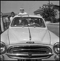 Août 1959. Vue de la famille de René Pleimelding, entraîneur du Toulouse Football Club, dans leur voiture, une Peugeot 403.