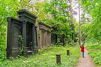 Mädchen auf dem historischen Friedhof Südwestkirchhof Stahnsdorf, Potsdam-Mittelmark, Brandenburg, Deutschland