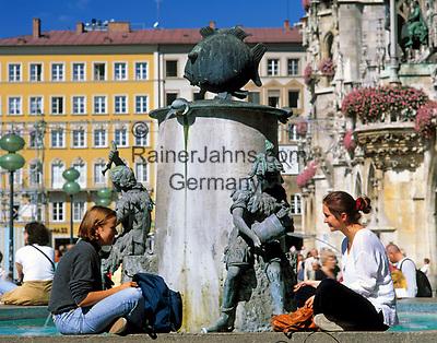Deutschland, Bayern, Oberbayern, Muenchen: zwei junge Frauen sitzen am Fischbrunnen auf dem Marienplatz   Germany, Bavaria, Upper Bavaria, Munich: Fish Fountain at Marien Square