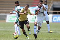ITAGÜÍ -COLOMBIA-27-04-2013. Felipe Correa (i) del Itagüi disputa el balón con José M Nájera (d) del Equidad durante partido de la fecha 13 Liga Postobón 2013-1./ ) Felipe Correa (l) of Itagüi fights for the ball with Jose M Najera (r) of Equidad during match of the 13th date of Postobon League 2013-1.  Photo: VizzorImage/Luis Ríos/STR