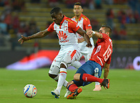 MEDELLÍN- COLOMBIA, 22-09-2018.Jean Carlos Blanco(Der) jugador del Independiente Medellín disputa el balón con Carmelo Valencia (Izq.) jugador del Independiente Santa Fe  durante partido por la fecha 11 de la Liga Águila II 2018 jugado en el estadio Atanasio Girardot de la ciudad de Medellín. /Jean Carlos Blanco (R) player of Independiente Medellin fights for the ball with Carmelo Valencia(L) player of Independiente Santa Fe   during the match for the date 11 of the Liga Aguila II 2018 played at Atanasio Girardot Stadium in Medellin  city. Photo: VizzorImage / Leon Monsalve/ Contribuidor