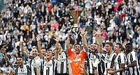 """Calcio, Serie A: Juventus vs Sampdoria. Torino, Juventus Stadium, 14 maggio 2016. <br /> Juventus' goalkeeper Gianluigi Buffon holds up the """"Scudetto"""" trophy for the win of the Italian Serie A title at the end of the football match between Juventus and Sampdoria at Turin's Juventus Stadium, 14 May 2016.<br /> UPDATE IMAGES PRESS/Isabella Bonotto"""
