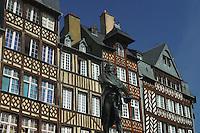 """casa medioevale Tipica costruzione """"pan de bois"""" e statua di Jean Leperdit in Place du Champ Jacquet a Rennes"""