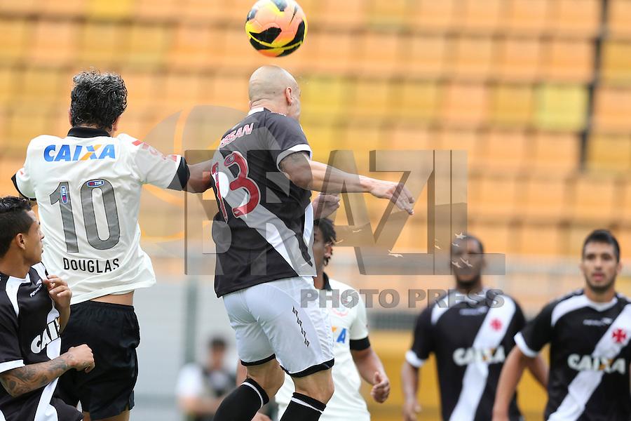 SAO PAULO, 17 DE NOVEMBRO DE 2013 - CORINTHIANS X VASCO - O jogador Douglas durante disputa de bola. Os times do Corinthians e Vasco se enfrentam na tarde de hoje, 17, no ERstádio do Pacaembú, pARTIDA V´ALIDA PELA TRIG´ESIMA QUINTA RODADA DO CAMPEONATO BRASILEIRO. FOTO: PAULO FISCHER/BRAZIL PHOTO PRESS.,