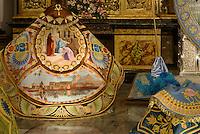 Handgestickete Seidnumhänge in der Kirche San Francisco der  Bruderschaft Paso Azul bei  der Semana Santa (Karwoche) in Lorca,  Provinz Murcia, Spanien, Europa