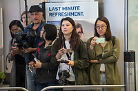 China hat am Dienstag den 10. Juli 2018 die Witwe von Friedensnobel-Preistraeger und Schriftsteller Liu Xianbin freigelassen. Liu Xia stand seit 2010 unter Hausarrest und flog noch am Tag ihrer Freilassung nach Deutschland.<br /> Am Flughafen in Berlin Tegel warteten dutzende Journalisten und einige Mitglieder der Menschenrechtsorganisation Amnesty International auf Liu Xia. Sie wurde jedoch ueber den nichtoeffentlichen Teil des Flughafens abgeholt.<br /> Im Bild: Journalisten aus Hongkong warten vor dem Ausgang des Terminal A5 vergeblich auf Liu Xia.<br /> 10.7.2018, Berlin<br /> Copyright: Christian-Ditsch.de<br /> [Inhaltsveraendernde Manipulation des Fotos nur nach ausdruecklicher Genehmigung des Fotografen. Vereinbarungen ueber Abtretung von Persoenlichkeitsrechten/Model Release der abgebildeten Person/Personen liegen nicht vor. NO MODEL RELEASE! Nur fuer Redaktionelle Zwecke. Don't publish without copyright Christian-Ditsch.de, Veroeffentlichung nur mit Fotografennennung, sowie gegen Honorar, MwSt. und Beleg. Konto: I N G - D i B a, IBAN DE58500105175400192269, BIC INGDDEFFXXX, Kontakt: post@christian-ditsch.de<br /> Bei der Bearbeitung der Dateiinformationen darf die Urheberkennzeichnung in den EXIF- und  IPTC-Daten nicht entfernt werden, diese sind in digitalen Medien nach §95c UrhG rechtlich geschuetzt. Der Urhebervermerk wird gemaess §13 UrhG verlangt.]