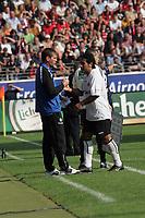 Trainer Friedhelm Funkel mit Mehdi Mahdavikia (beide Eintracht Frankfurt) nach dessen Auswechslung