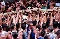 Promesseiros levantam a corda que seguram em pagamento de promessas feitas a Nossa Senhora de Nazaré  no decorrer da procissão que ocorre a mais de 200 anos em Belém Pará Brasil<br />As estimativas são de mais de 1.500.000 pessoas acompanhando a procissão<br />08/10/2000<br />Foto Paulo Santos/Interfoto.