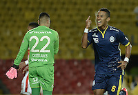 BOGOTÁ -COLOMBIA, 21-03-2015. James Sanchez jugador de Uniautonoma celebra el gol anotado a Santa Fe, durante partido por la fecha 11 entre Independiente Santa Fe y Uniautonoma de la Liga Aguila I-2015, en el estadio Nemesio Camacho El Campin de la ciudad de Bogota. / James Sanchez (L) player of Uniautonoma celebrates a scored goal to Santa Fe, during a match of the 11 date between Independiente Santa Fe and Uniautonoma for the Liga Aguila I -2015 at the Nemesio Camacho El Campin Stadium in Bogota city. Photo: VizzorImage/ Gabriel Aponte / Staff