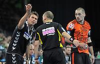Handball 2. Bundesliga Herren - SC DHfK gegen HC Erlangen am 05.11.2013 in Leipzig (Sachsen). <br /> IM BILD: DHfK Trainer Christian Prokop moniert beim Schiedsrichter, dass die Zeit nicht angehalten wird - rechts: Ole Rahmel (Erlangen) <br /> Foto: Christian Nitsche