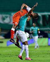 PALMIRA - COLOMBIA, 19-10-2020: Angelo Rodriguez del Cali disputa el balón con Fainer Torijano del Santa Fe durante partido entre Deportivo Cali e Independiente Santa Fe por la fecha 15 de la Liga BetPlay DIMAYOR I 2020 jugado en el estadio Deportivo Cali de la ciudad de Palmira. / Angelo Rodriguez of Cali vies for the ball with Fainer Torijano of Santa Fe during match between Deportivo Cali and Independiente Santa Fe for the date 15 as part of BetPlay DIMAYOR League I 2020 played at Deportivo Cali stadium in Palmira city.  Photo: VizzorImage / Nelson Rios / Cont