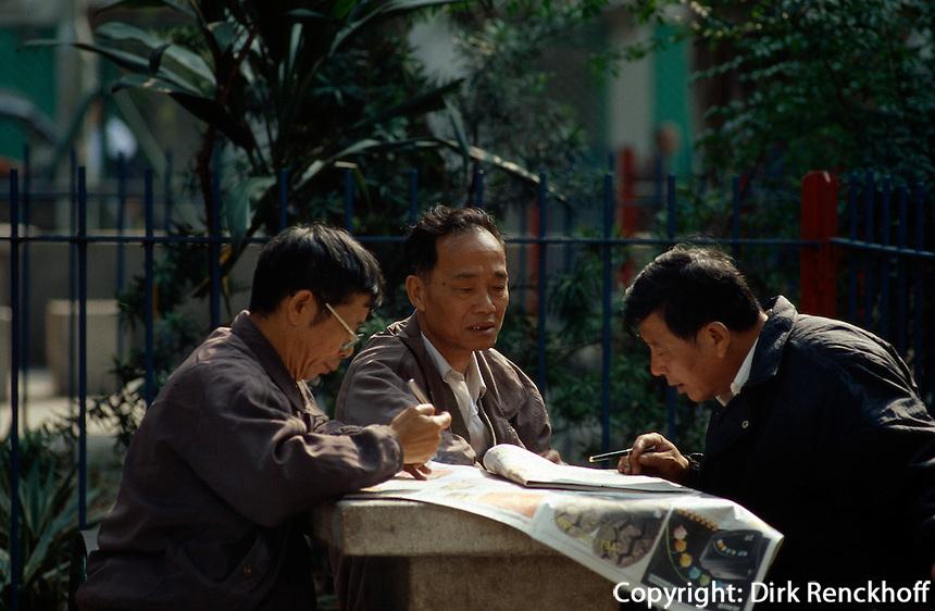 China, Hongkong-Yau Ma Tei,  Zeitungsleser
