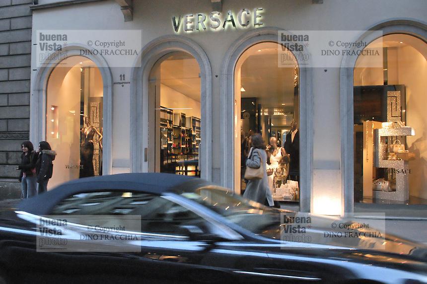 - shopping nel centro di Milano, corso Vittorio Emanuele e via Montenapoleone, negozio Versace.- shopping in the center of Milan, Vittorio Emanuele and  Montenapoleone street, Versace shop Italian town