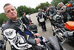 Foto: VidiPhoto<br /> <br /> LANDGRAAF – Motorrijders maken zich zaterdag in Landgraaf gereed voor een toertocht door het Limburgse Heuvelland. In de onder motorrijders populaire streek ontstaat steeds meer weerstand tegen de geluidsoverlast die veel motoren veroorzaken. Veel leden van  motorclub -die zaterdag weer voor het eerst sinds de coronacrisis op pad ging- hadden daarom dempers of een nieuwe uitlaat gemonteerd, mede uit angst voor controle door de politie. Een boete tot 4 dB(A) te hard is 280 euro. Boven 4 dB(A) betaalt de overtreder 420 euro. De Duitse Eifel, waar steeds meer wegen voor motorrijders worden afgesloten, wil samen met het Nederlandse Heuvelland motorrijders aanpakken en zoekt daarbij ook steun vanuit Brussel.