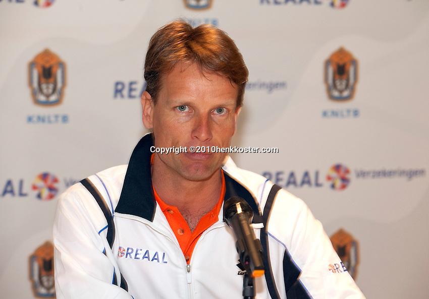 26-04-10, Zoetermeer, SilverDome, Tennis, Persconferentie Davis Cup, Captain Jan Siemerink