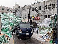 Müllsortierung in Seoul, Südkorea, Asien<br /> Sortierung of garbage,  Seoul, South Korea, Asia