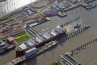 Nord Ostseekanal Schleuse Brunsbuettell: EUROPA, DEUTSCHLAND, SCHLESWIG-HOLSTEIN, BRUNSBUETTEL , (EUROPE, GERMANY), 19.10.2018: Schleuse Nord-Ostseekanal von Brunsbuettel. Der Nord-Ostsee-Kanal (NOK; internationale Bezeichnung: Kiel Canal) verbindet die Nordsee (Elbmuendung) mit der Ostsee (Kieler Foerde). Diese Bundeswasserstraße ist nach Anzahl der Schiffe die meistbefahrene kuenstliche Wasserstraße der Welt.<br /> Der Kanal durchquert auf knapp 100 km das deutsche Bundesland Schleswig-Holstein von Brunsbuettel bis Kiel-Holtenau und erspart den etwa 900 km laengeren Weg um die Nordspitze Daenemarks durch Skagerrak und Kattegat.<br /> Die erste kuenstliche Wasserstraße zwischen Nord- und Ostsee war der 1784 in Betrieb genommene und 1853 in Eiderkanal umbenannte Schleswig-Holsteinische Canal. Der heutige Nord-Ostsee-Kanal wurde 1895 als Kaiser-Wilhelm-Kanal eroeffnet und trug diesen Namen bis 1948. Ein Frachtschiff fährt mit Schlepperhilfe in die Schleusenkammer.