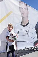 Max (4J.) freut sich auf die Nationalmannschaft und Matthias Ginter (Model released) - Seefeld 26.05.2021: Trainingslager der Deutschen Nationalmannschaft zur EM-Vorbereitung