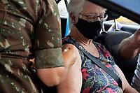 PORTO ALEGRE (RS), 12/02/2021 - VACINA- IDOSOS – Técnicos de enfermagem do Exército juntamente com equipes da Secretaria Municipal da Saúde fazem a vacinação contra Covid-19 para idosos entre 85 a 89 anos, no sistema de Drive-thru no estacionamento de uma rede de supermercados, em Porto Alegre, nesta sexta-feira (12).