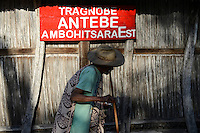 MADAGASCAR, Mananjary, canal des Pangalanes, village AMBOHITSARA, tribe ANTAMBAHOAKA, fady or taboo, according to the rules of their ancestors twin children are a taboo and not accepted in the society, meerting of clan chiefs who control the fady of ancestors, clan house of Antebe clan / MADAGASKAR, Mananjary, Dorf AMBOHITSARA, Zwillinge sind nach dem Ahnenkult ein Fady oder Tabu beim Stamm der ANTAMBAHOAKA, Treffen der clan chiefs, im Dorf gibt es 12 clans, die Haeuptlinge wachen ueber den Ahnenkult