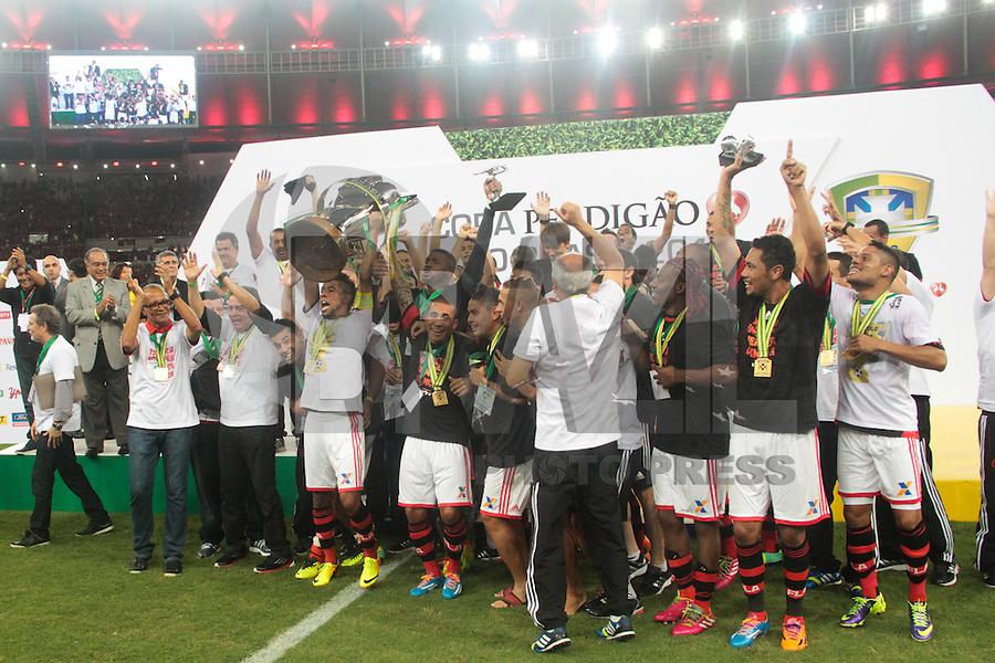 RIO DE JANEIRO, RJ, 27.11.2013 - Jogadores do Flamengo durante a premiação do tricampeonato da Copa do Brasil contra o Atlético PR, nesta quarta-feira  no Maracanã. (Foto. Néstor J. Beremblum / Brazil Photo Press)