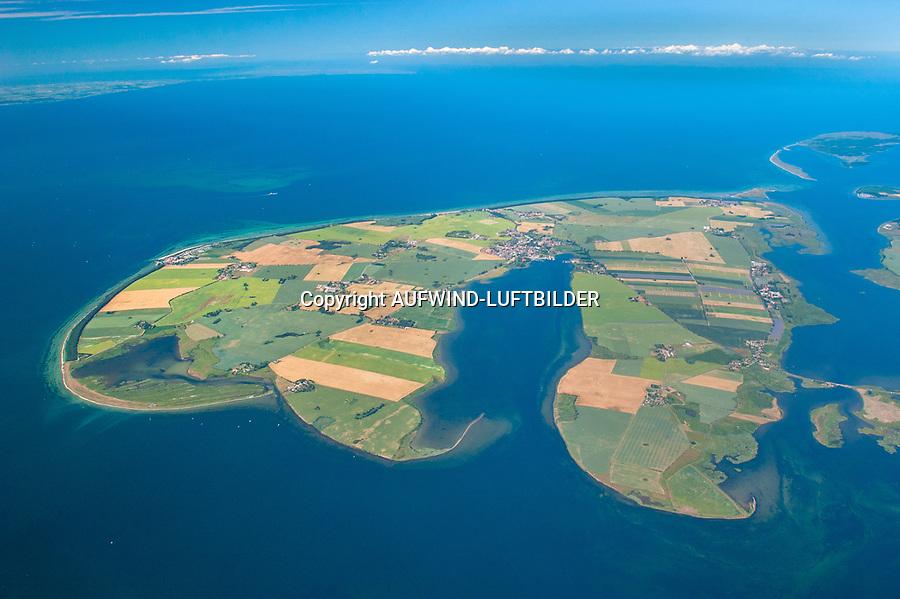 Insel Poel :EUROPA, DEUTSCHLAND, MECKLENBURG- VORPOMMERN 29.06.2005 Insel Poel ist mit 36 km² Fläche die fünftgrößte deutsche Insel, sie liegt in der südlichen Mecklenburger Bucht der Ostsee und begrenzt den Norden der Wismarer Bucht. Sie ist gleichzeitig die amtsfreie Gemeinde Insel Poel im Landkreis Nordwestmecklenburg in Mecklenburg-Vorpommern. Hauptort der Gemeinde ist Kirchdorf am Ende der tief von Süden einschneidenden Bucht Kirchsee. Neben der Wismarer Bucht im Süden wird die Insel im Osten von der Zaufe und dem Breitling sowie im Nordosten durch die Kielung vom Festland getrennt. Der Insel Poel ist im Nordosten die kleine Insel Langenwerder unmittelbar vorgelagert. Poel ist über einem befahrbaren Damm mit dem Festland (Gemeinde Blowatz, Ortsteil Strömkendorf) verbunden. Blickrichtung von Sued Nord,