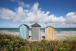 Denmark, Zealand, Kattegat Coast, Rageleje: Colourful beach huts on pebble beach | Daenemark, Insel Seeland, Rageleje: bunte Strandhuetten im Norden der Insel Seeland, Kieselsteinstrand am Kattegat