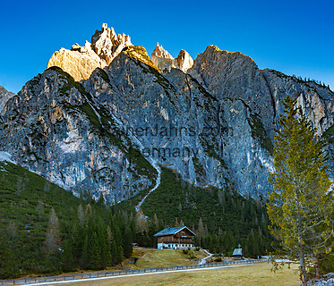 Italien, Suedtirol (Trentino - Alto Adige), bei Innichen, die Dreischusterhuette im Innerfeldtal, ein Nebental des Sextentals im Naturpark Drei Zinnen mit Blick hoch zur Dreischusterspitze. der Dolomiten Hoehenweg Nr. 4 fuehrt durchs Innerfeldtal bis zu den Drei Zinnen   Italy, South Tyrol (Trentino - Alto Adige), near San Candido, 'Dreischuster' hut at valley 'Val Campo di Dentroside' a side valley of Sexten Valley (Valle di Sesto) in Parco Naturale Tre Cime (Nature Park Drei Zinnen) with summit Dreischusterspitze (Italian: Punta dei Tre Scarperi)