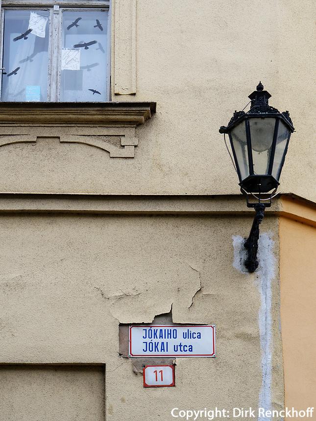 zweisprachiges Straßenschild, Sanierungsgebiet an der Jokaiho, Komarno, Nitriansky kraj, Slowakei, Europa<br /> bilingual streetsign, redevelopment area  Jokalho St., Komarno, Nitriansky kraj, Slovakia, Europe